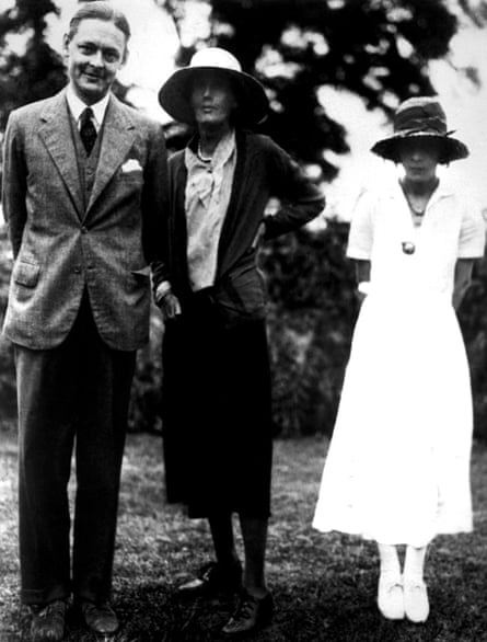 Eliot with Virginia Woolf, centre, and his first wife, Vivienne