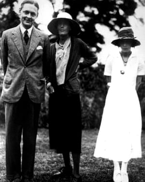 TS Eliot with Virginia Woolf and his first wife Vivienne Eliot in 1932.