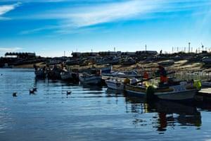 Repairing fishing nets in Culatra's harbour