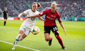 Ewa Pajor (left) battles for the ball against Freiburg.