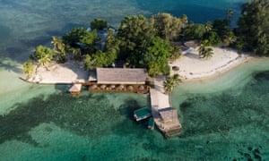 Unos pocos miembros del personal de mantenimiento son los únicos ocupantes que quedan del complejo de la isla de Erakor cerca de Port Vila, Vanuatu.