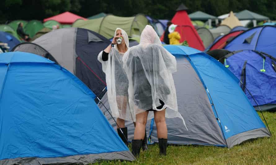 Bywalcy festiwali nie pozwalają, by mały deszcz zepsuł imprezę na Download Festival w Leicestershire
