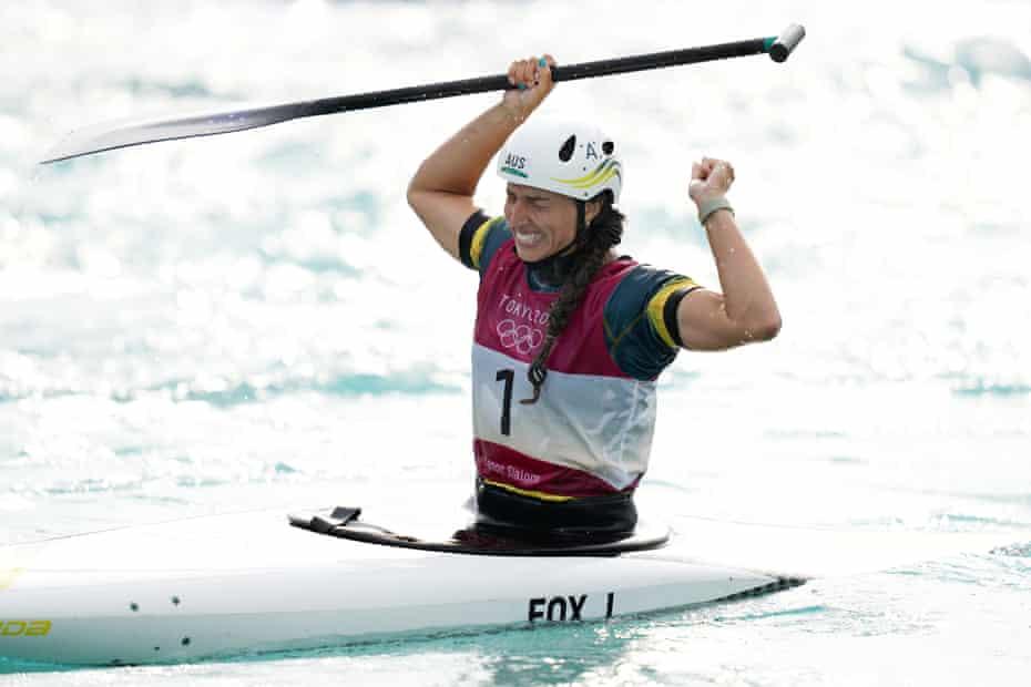 Jess Fox celebra después de finalmente ganar el oro olímpico.
