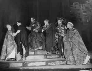 Laurence Olivier, second from left, played the Roman general in a 1959 production at the Shakespeare Memorial theatre in Stratford.