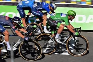 Mark Cavendish wins it on the line.