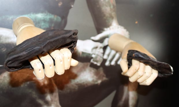 Los guantes parecen más tiras de cuero acolchadas que la versión actual usada en el boxeo contemporáneo. Foto: The vindolanda Trust.