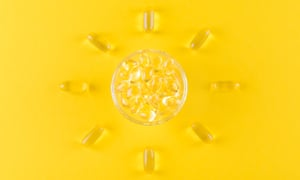 kapsul omega emas seperti matahari dengan latar belakang kuning