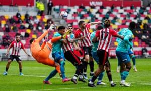Brentfords Henrik Dalsgaard versuchte, den Ball zu köpfen, als Bournemouths Asmir Begovic zu Boden fiel, nachdem er ihn nicht geklärt hatte.