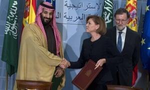 María Dolores de Cospedal and Mohammed bin Salman shake hands
