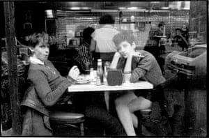 Meninas em uma lanchonete em Nova York, 1982.