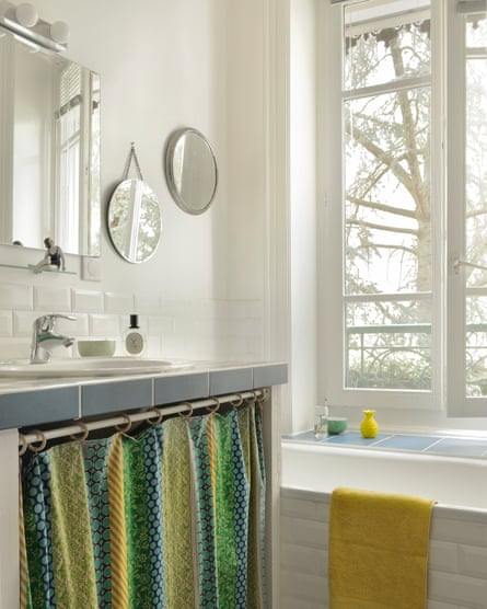 Bright space: mirrors and tiles in the bathroom.