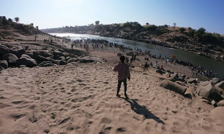 Ethiopians try to flee the conflict by crossing the Tekezé River to Sudan.
