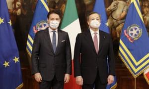 Giuseppe Conte dan Mario Draghi pada upacara serah terima di Istana Chigi di Roma pada hari Sabtu