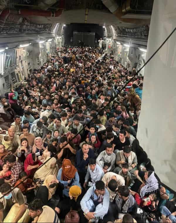 Circa 640 cittadini afgani sono stipati su un aereo dell'aeronautica statunitense per lasciare l'aeroporto internazionale di Hamid Karzai.