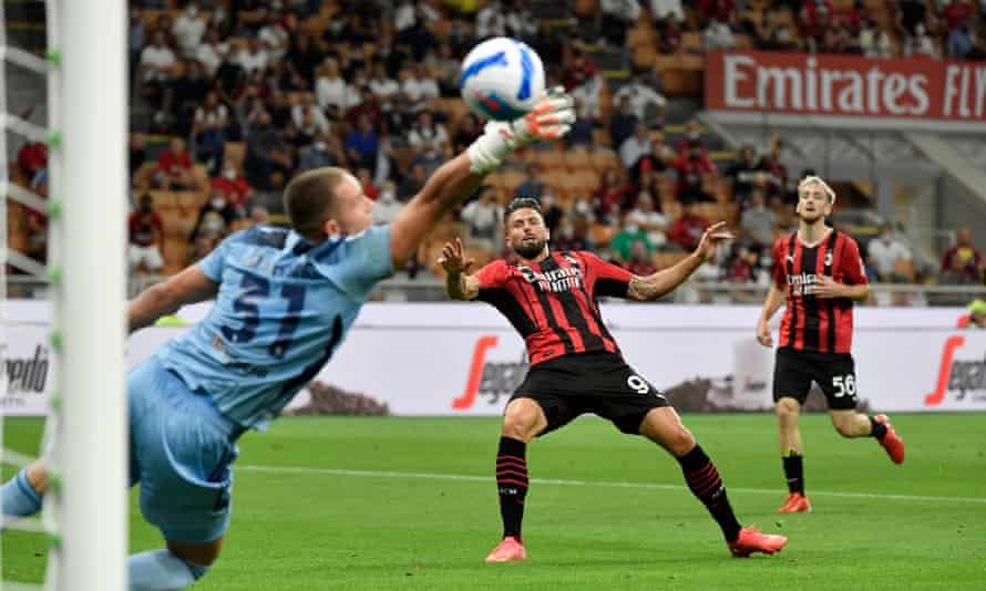Olivier Giroud scoring for Milan against Cagliari.