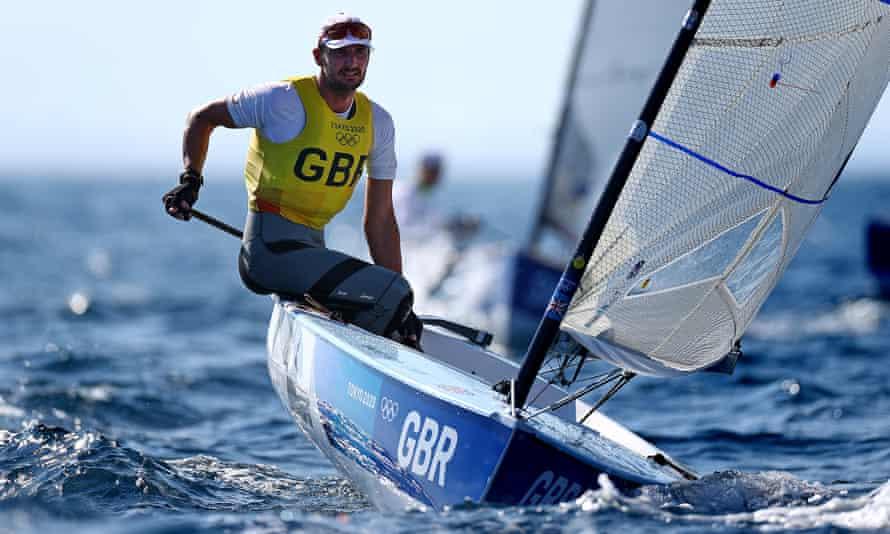 Giles Scott del equipo de Gran Bretaña compite en la clase de finlandés masculino el día nueve de los Juegos Olímpicos de Tokio 2020 en el puerto de yates de Enoshima el 1 de agosto de 2021 en Fujisawa, Kanagawa, Japón.  (Foto de Clive Mason / Getty Images)