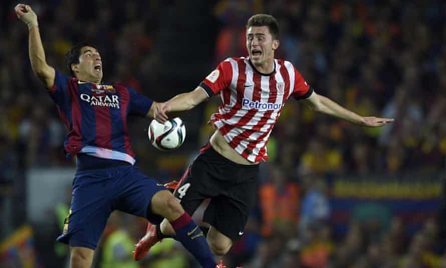 Aymeric Laporte tussles with Luis Suárez during Athletic's Copa del Rey game at Barcelona in May 2015.