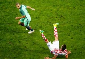 Mario Mandzukic lands awkwardly.