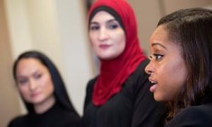 Tamika Mallory, a la derecha, co-presidente de la marcha de mujeres en Washington, habla junto a su compañero co-presidentes Carmen Pérez, a la izquierda, y Linda sarsour, en Nueva York.