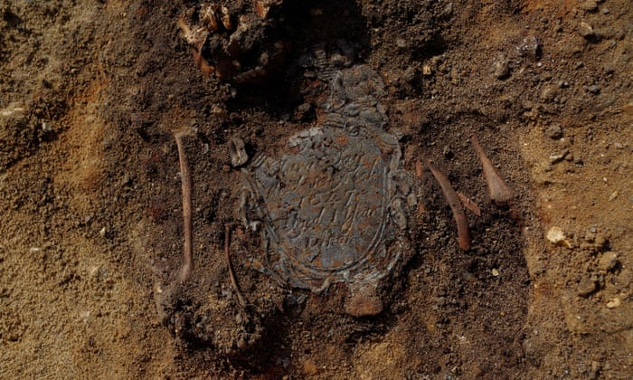 Skeletons found in London archaeology dig reveal noxious environs - image on https://universegap.com