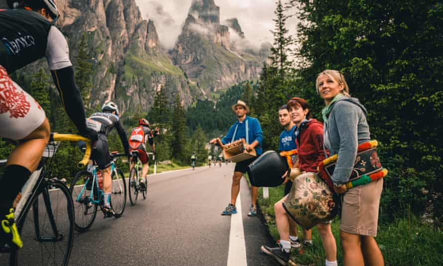 Riders and spectators on the passo Sella during the 2016 edition of the Maratona dles Dolomites.