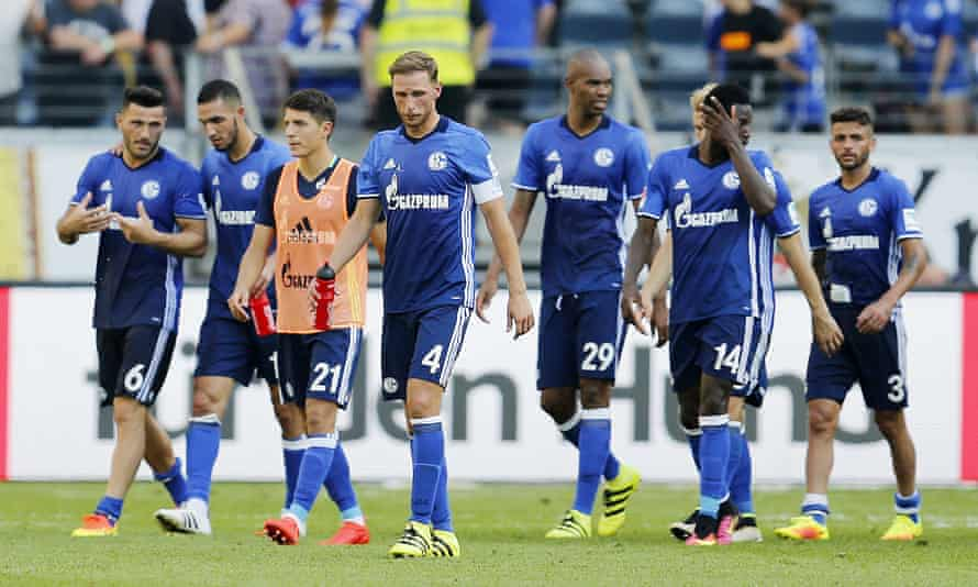 Schalke players leave the pitch after a losing to Eintracht Frankfurt