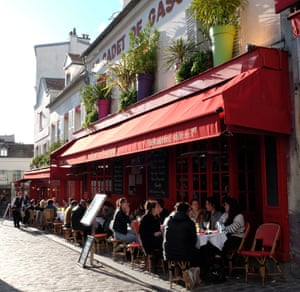 Les parisiens prennent un apéritif dans un bar de la place Tertre dans le quartier de Montmartre à Paris le premier jour de la levée des restrictions de Covid-19.
