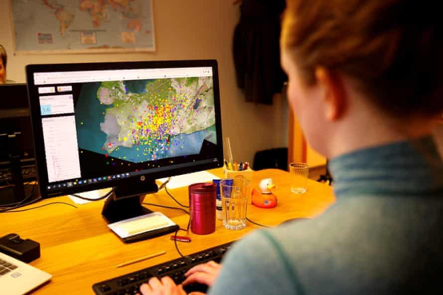 سیسا کریستینساندوتیر ، ژئوفیزیک ، فعالیت های لرزه ای را در ریکیاویک ، ایسلند رصد می کند.