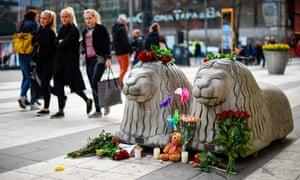 花和蜡烛在斯德哥尔摩攻击站点附近的一个临时纪念品。