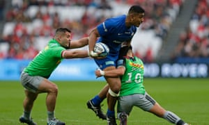 Saracens's Will Skelton powers through the Harlequins defence.