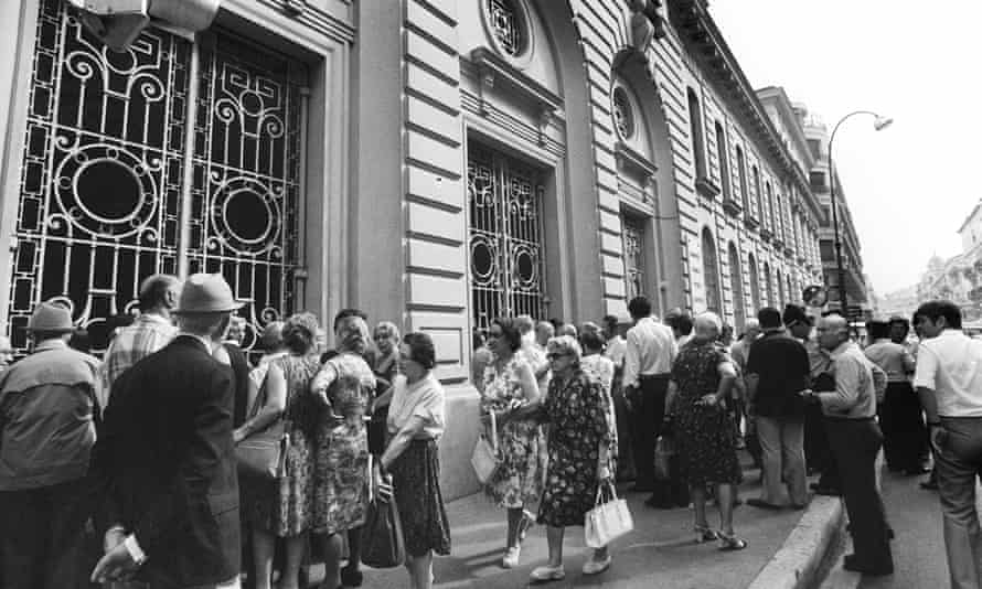 Worried customers queue outside the Société Générale bank in Nice after the raid in July 1976.