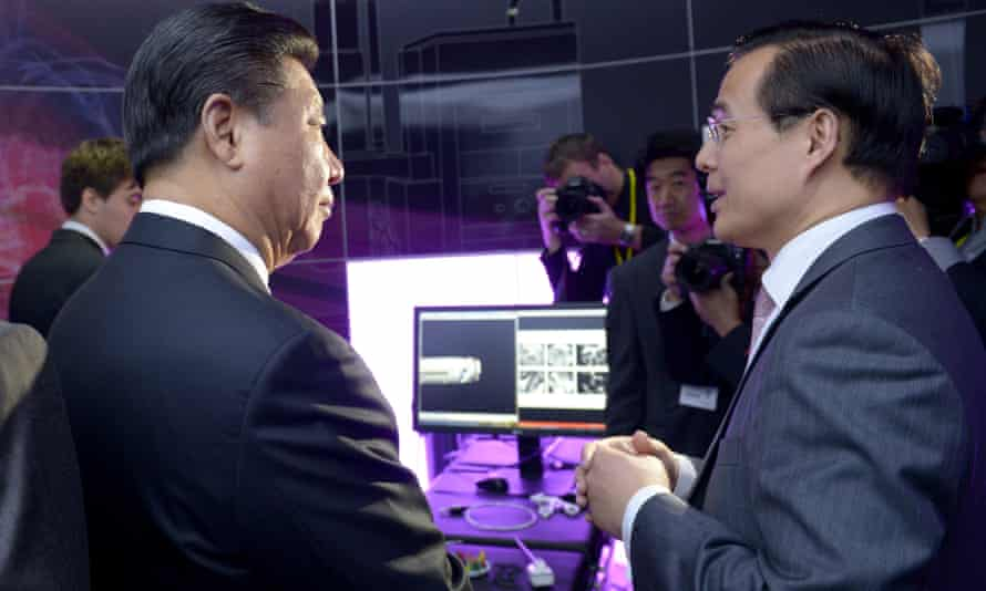 Xi (left) talks to Prof Guang-Zhong Yang at Imperial College London