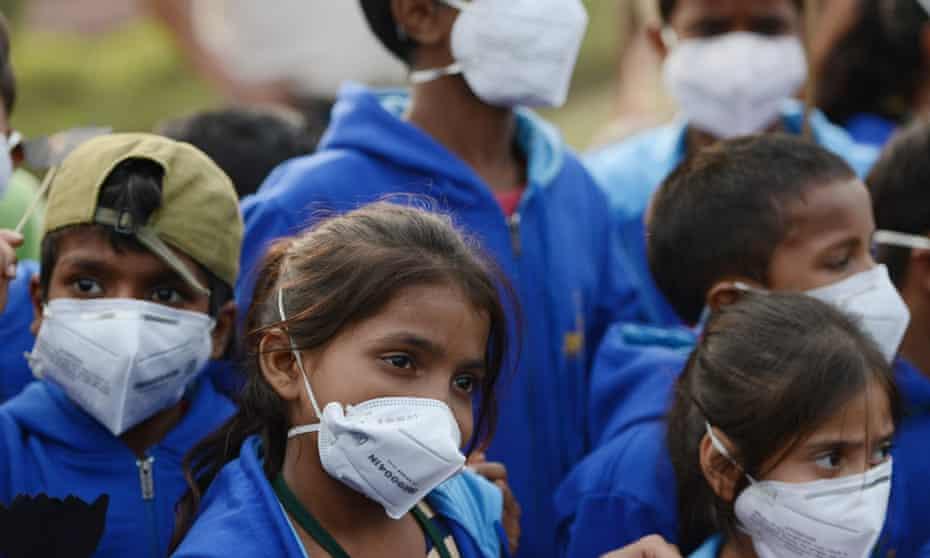 Indian children wearing air pollution masks in New Delhi on 14 November 2017