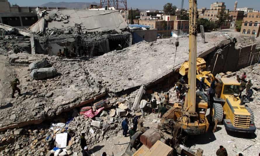 Yemeni rescuers