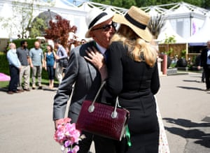 Rupert Murdoch and his wife Jerry Hall kiss during a visit to the Royal Horticultural Society's Chelsea Flower show in London, Britain, May 22, 2017.