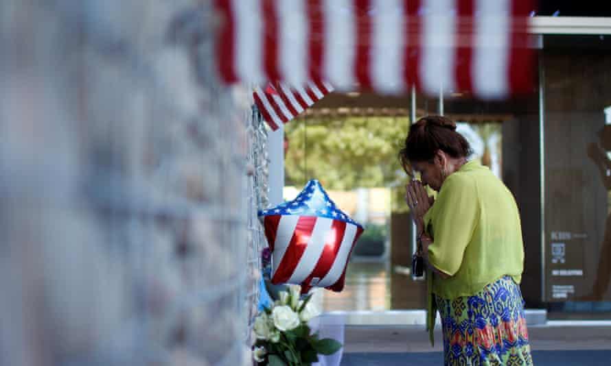 Vicllalpando prays in front of a memorial in Phoenix.