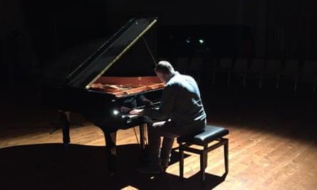 Mark Singer performing