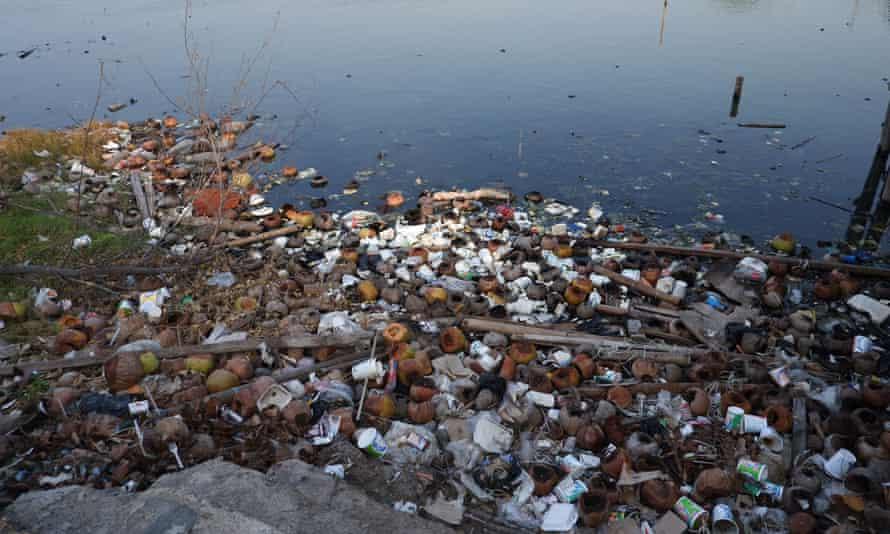 Tumpukan sampah di sekitar pantai Marunda.