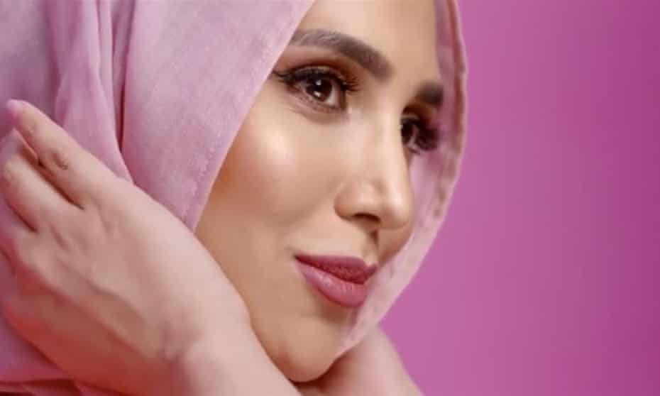 Amena Khan in pink hijab, in the short-lived L'Oréal campaign.