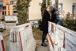 Katarina, living in Frauenfeld (Switzerland), and Ivo, living in Konstanz (Germany), can only meet at the closed border. They meet three times a week at the border between Kreuzlingen (Switzerland) and Konstanz. They have been a couple since last New Year's Eve.