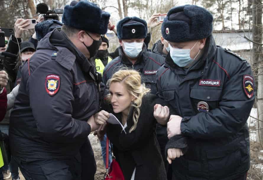 Police detain the Alliance of Doctors union's leader Anastasia Vasilyeva at the prison colony IK-2.