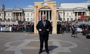 ... and Boris Johnson standing in front of the replica of Palmyra's Arch of Triumph in London, April 2016.