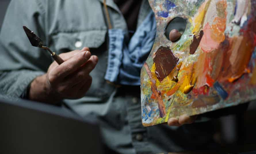 An art teacher delivers an online course in how to mix colours.
