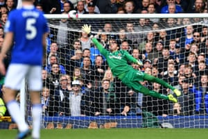 West Ham United's keeper Roberto is beaten by Gylfi Sigurdsson's free-kick which sealed Everton's 2-0 win.
