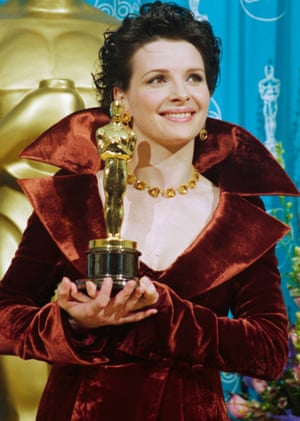 Juliette Binoche holds the Oscar she won for The English Patient at the Academy Awards