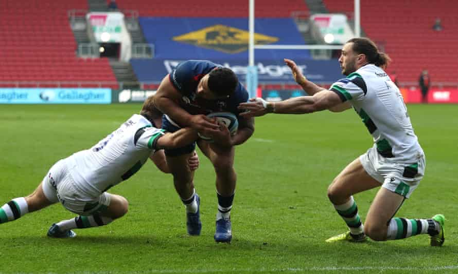 Piutau scores his opportunist try against Newcastle Falcons at Ashton Gate on New Year's Day.