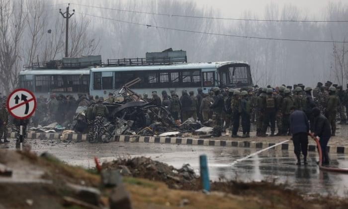 KRVOPROLIĆE U KAŠMIRU: U samoubilačkom napadu automobil-bombom poginulo 44 pripadnika indijskih sigurnosnih snaga