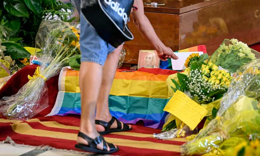 A rainbow flag over the coffin of Raffaella Carrà