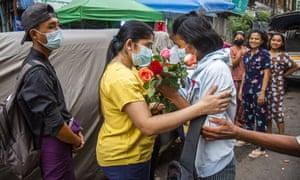 یک معترض دانشجویی ضد کودتا پس از آزادی از زندان در یانگون ، توسط گل ساکنان محله خود با گل از خانه استقبال می کند.