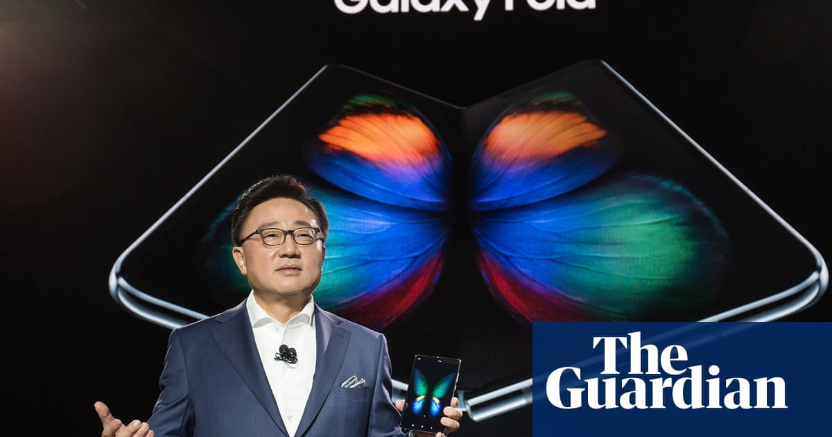 Samsung Galaxy Fold delayed after folding feature breaks screens